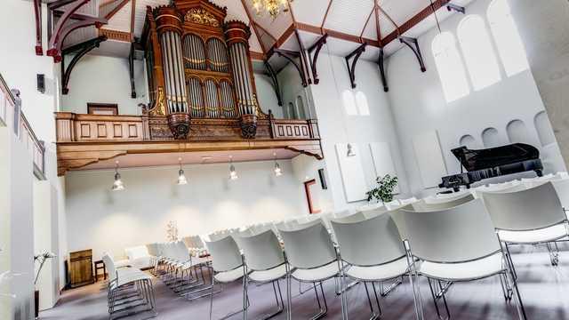 Kroonluchter met LED lampen en domotica maken van Edesche Concertzaal een multifunctionele ruimte